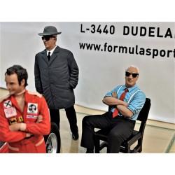Enzo FERRARI assis sur sa chaise